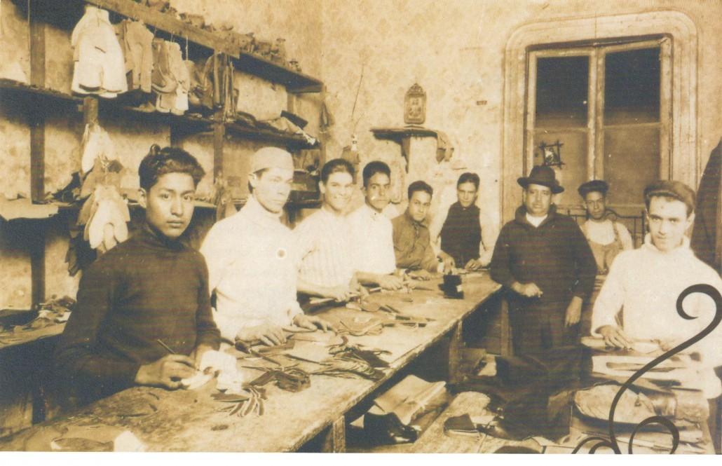 Obreros en el proceso de cortado de cortes de calzado. Mención honorífica en el